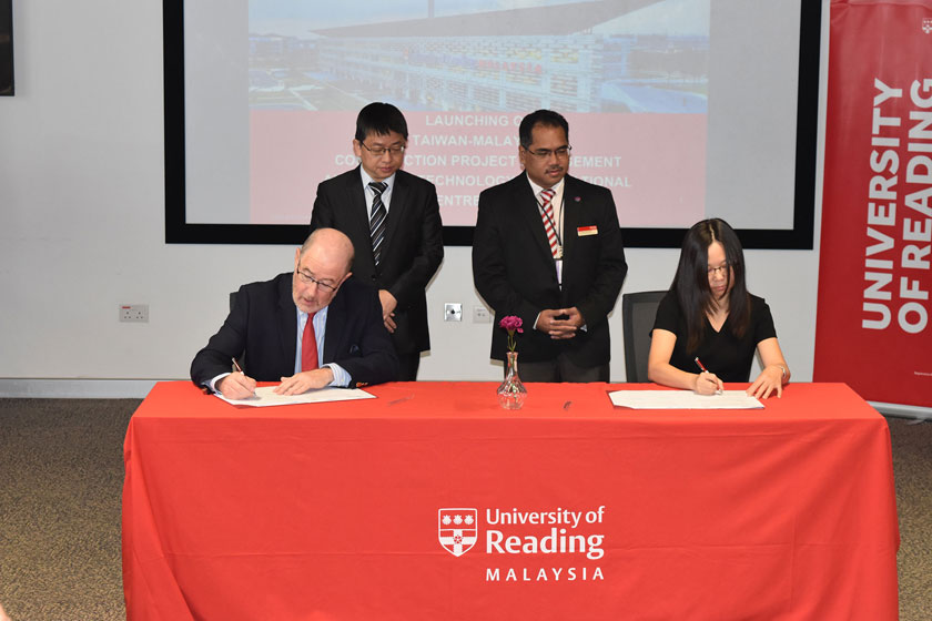 UoRM Provost and Director of DiTIC Taiwan Dr Fan Su Ling sign MOU papers